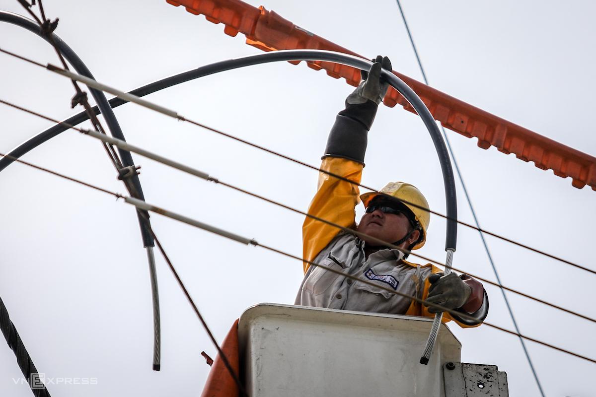 Công nhân Điện lực TP HCM sửa chữa điện nóng trên đường dây 22kV tại khu chế xuất Tân Thuận (quận 7, TP HCM). Ảnh: Nguyễn Thành