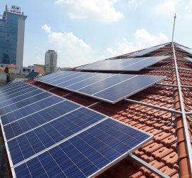 So sánh hệ thống điện năng lượng mặt trời áp mái và mặt đất